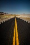染黑岩石的黑路 免版税图库摄影
