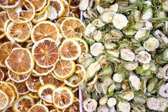 染黄干柠檬切片和绿色苦瓜切片背景 免版税图库摄影
