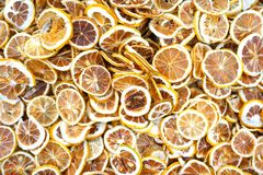 染黄干柠檬切片背景-柠檬茶 免版税库存照片