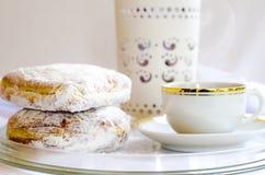 染黑(美国人)咖啡和油炸圈饼 免版税库存照片