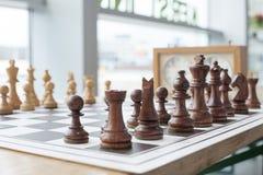 染黑董事会企业检查棋结尾的游戏高亮度显示损失伙伴黑白照片采取白色在方法成功的隐喻 免版税库存照片