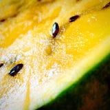 染黄被切的†‹â€ ‹西瓜关闭  免版税库存图片