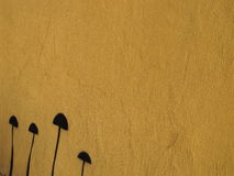 染黄被绘的背景和黑蘑菇 免版税库存照片
