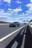 染黑BM%在北京机场高速公路的5系列。 免版税库存图片