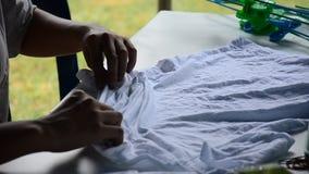 洗染Mauhom颜色过程的人运作的蜡染布折叠布料捆绑 影视素材