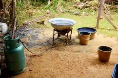 洗染Mauhom颜色tha的蜡染布的过程的煤气炉设备 免版税图库摄影