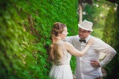 柔和新娘新郎容忍 免版税库存照片