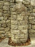 柔和曲调关闭了历史的石墙和喷泉在西西里岛意大利 免版税库存图片