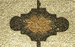 柔和曲调详述了关闭与几何样式的历史的白色,黑和棕色pebbled地板从宫殿意大利北部 免版税库存照片