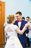 柔和的时髦的愉快的新娘和新郎第一个舞蹈  免版税库存照片