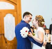 柔和的时髦的愉快的新娘和新郎第一个舞蹈  免版税库存图片