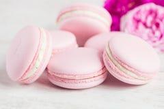 柔和的桃红色蛋白杏仁饼干与上升了 库存图片
