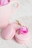 柔和的桃红色蛋白杏仁饼干与上升了 免版税库存照片
