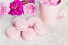 柔和的桃红色蛋白杏仁饼干与上升了 库存照片