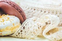 柔和的淡色彩上色了与葡萄酒鞋带丝带的蛋白杏仁饼干在轻的背景 免版税库存图片