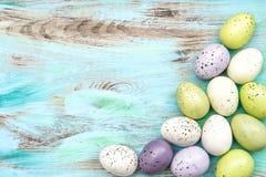 柔和的淡色彩在木背景的色的复活节彩蛋 免版税库存图片