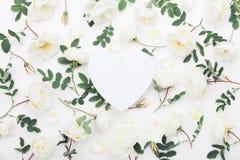 柔和的淡色彩玫瑰美丽的花卉大模型开花,并且绿色在白色台式视图离开 平的位置贺卡 免版税图库摄影