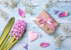 柔和的淡色彩色的花和礼物盒 免版税库存图片