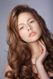 柔软 有长的健康疏松的头发的少妇 图库摄影