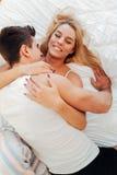 柔软od一对美好的夫妇在卧室 免版税图库摄影