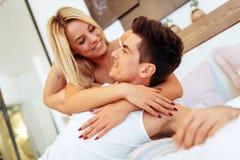 柔软od一对美好的夫妇在卧室 库存照片