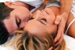 柔软od一对美好的夫妇在卧室 免版税库存图片