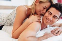 柔软od一对美好的夫妇在卧室 免版税库存照片