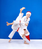 柔道投掷训练圣诞老人盖帽的男孩  图库摄影