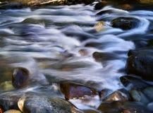 在岩石的水 免版税库存照片