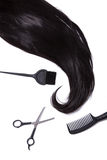 黑柔滑的头发,染发剂刷子、剪刀和发刷 免版税库存照片