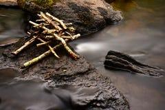 柔滑的水和石头 免版税库存照片