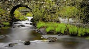 柔滑的水和石头 免版税库存图片
