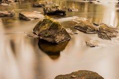 柔滑的水和石头 图库摄影
