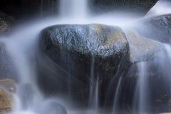 柔滑的水特写镜头在Salroc落,新罕布什尔 库存图片