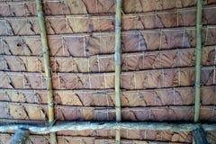 柚木树叶子密林小屋铺磁砖的屋顶  库存图片