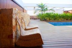 柚木树木屋室外与摇摆椅子和水池 免版税库存照片