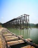 柚木树木桥梁是破坏和竹桥梁,北碧, T 免版税库存图片