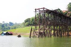 柚木树木桥梁是破坏,北碧,泰国 免版税库存照片