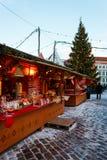 柜台在老镇中心的圣诞节市场上在塔林 免版税库存照片