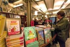 柜台对于儿童可笑和动画片艺术博物馆的杂志和书部门与买家的 图库摄影