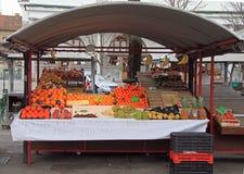 柜台用在街市上的果子在卢布尔雅那,斯洛文尼亚 免版税库存图片
