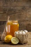 柠檬、大蒜和瓶子蜂蜜 免版税库存图片