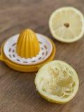 柠檬一半和柠檬剥削者 免版税图库摄影