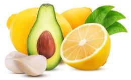 柠檬一用叶子、鲕梨和大蒜切成了两半 免版税库存图片