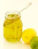 柠檬与匙子的石灰橘子果酱 免版税图库摄影