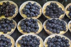 柠檬乳蛋糕果子馅饼用蓝莓 免版税库存照片