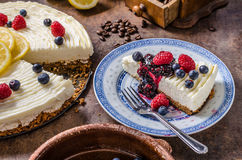 柠檬乳酪蛋糕用莓果 免版税库存照片