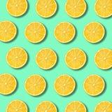 柠檬切在充满活力的绿色背景的样式 免版税库存照片