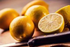 柠檬切开了成与薄荷叶的老厨房板 图库摄影