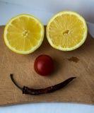 柠檬切开了成两部分蕃茄和胡椒 免版税库存照片